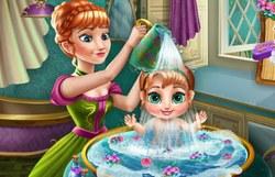 Анна купает малышку